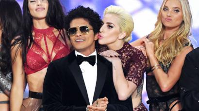 Kilenc kép Bruno Marsról, ahol egyszerűen alacsonynak tűnik az emberek között