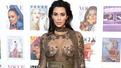 Kim Kardashian nem sokat bízott a képzeletre! Ebben a merész ruhában bulizott