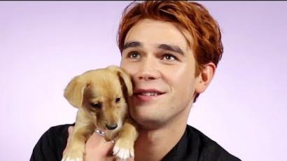KJ Apa kiskutyákkal játszott, és közben Riverdale-kérdésekre válaszolgatott