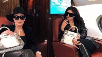 Kris és Kylie Jenner milliós táskáikkal utaztak magángépükön