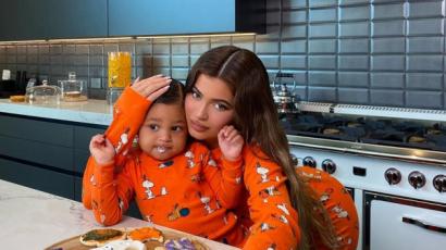 Kylie Jenner egyenpizsamában sütögetett kislányával, videót posztolt róla
