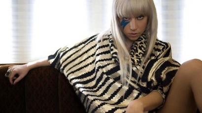 Lady Gaga félmeztelenül vacsorázott Párizsban