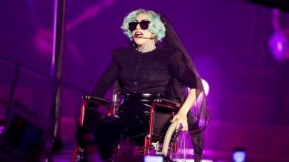 Lady Gaga megsértette a mozgássérülteket?