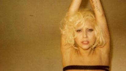 Lady Gaga meztelenül, megkötözve pózol