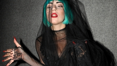 Lady Gaga pucérra vetkőzött a vörös szőnyegen