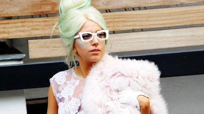 Lady Gaga szemetesbe pisil