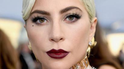 Lady Gagát felkapta egy rajongója, nagyon csúnya esés lett a vége