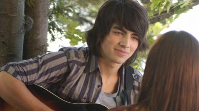 Lehet ennél jobban is szeretni? Joe Jonas meglepte a Rocktábor rajongóit egy koncerten – videó