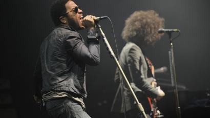 Lenny Kravitz női csizmát húzott