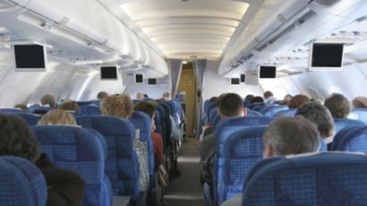 Leszállították a repülőgépről, mert énekelt