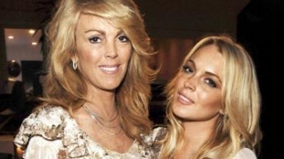 Lindsay részegen lesmárolta az anyját