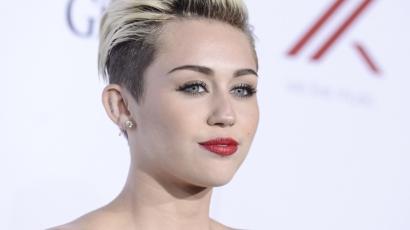 Magára varratta kutyáját Miley Cyrus