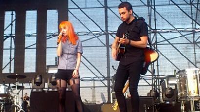 Magyar rajongók a Paramore színpadán