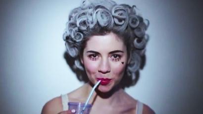 Marina új klippel jelentkezik