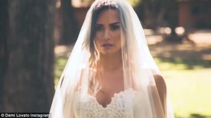 Megtörtént a menyasszonyok rémálma Demi Lovatóval – klippremier!