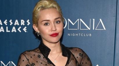 Melltapaszokkal parádézott Miley Cyrus