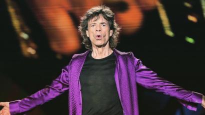 Mick Jagger ha kell, még estélyi ruhát is tud igazítani