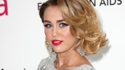 Miley Cyrus Khloe Kardashiannak segít kutyát keresni
