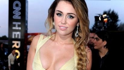 Miley Cyrus kiáll a melleiért