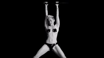 Miley Cyrus latexszalagban, bimbótapasszal rázza
