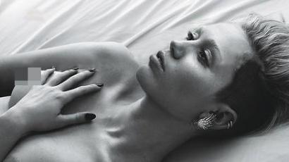Miley Cyrus továbbra is merevedő bimbókkal pózol