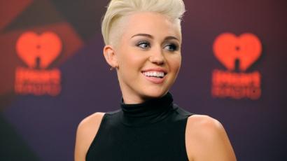 Miley Cyrus újabb kiskutyát fogadott örökbe