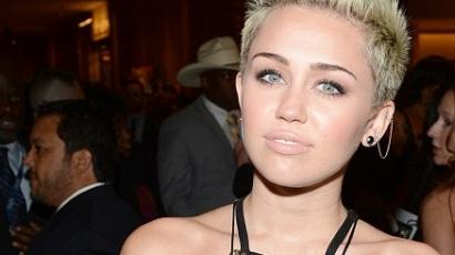 Miley Cyrus villantott