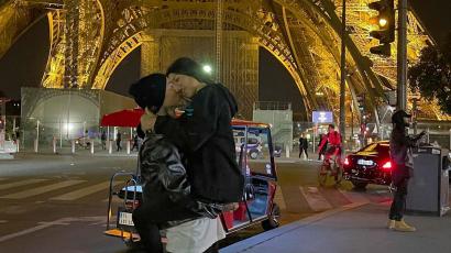 Mindeközben: Kourtney Kardashian és Travis Baker a szerelmesek városában