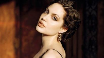 Munkával vigasztalja magát Angelina Jolie?