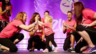 Ritka betegségben szenvedő kislány lopta el a show-t egy zumbaversenyen – szívmelengető videó!