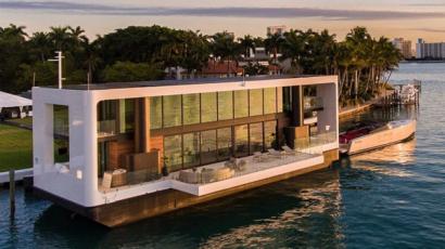 Nézd meg, hogy néz ki belülről egy úszó luxusvilla!