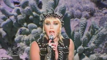 Nézd meg Miley Cyrus rockosított karácsonyi fellépését