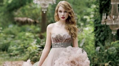 Nézd meg Taylor Swift parfümreklámját!