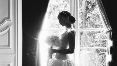 Nézd meg Zoe Kravitz rendhagyó esküvői ruháját!