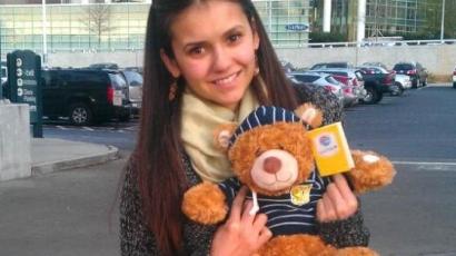 Nina Dobrev a hangjával gyógyít