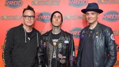 Orvosai eltiltották Travis Barkert a dobolástól! A Blink-182 lemondta őszi fellépéssorozatát