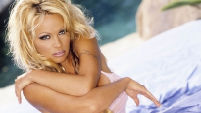 Pamela Anderson meztelenre vetkőzött a Flaunt magazinnak