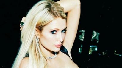 Paris Hilton ismét ledobta ruháit