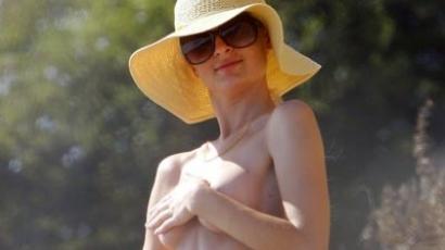 Paris Hilton félmeztelenül a tengerparton