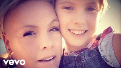 P!nk és kislánya, Willow Sage Hart megjelentették Cover Me In Sunshine című dalukat