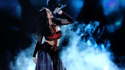 Pogányság és boszorkányság vádjával perlik Katy Perryt