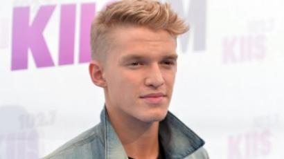 Pucér hátsóját mutogatja Cody Simpson