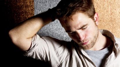 Robert Pattinson italba és játékba fojtja bánatát