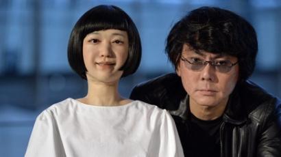 Ők a világ első android műsorvezetői — videó