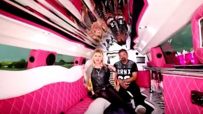 Rózsaszín limuzinban bulizik Zoltán Erika