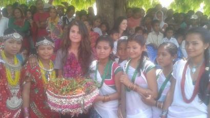 Selena Gomez Nepálban jótékonykodik