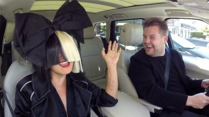 Sia elárulta, miért takarja el az arcát hatalmas parókáival