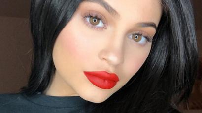 Szülés után először mutatta meg testét Kylie Jenner – emellett hatalmas monoklit is villantott!