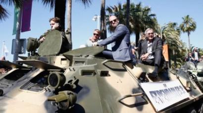 Tankkal törtek be Cannes-ba a sztárok