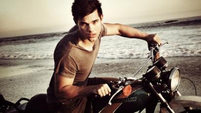 Taylor Lautner elolvassa a netes pletykákat